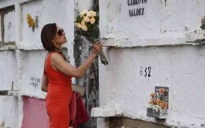 Tereza Cristina fica revoltada ao ver o túmulo da mãe