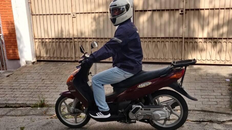 Além das rodas de maior diâmetro, o velho Neo tem o pedal de partida como trunfo