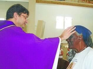 Religião.  Imposição das cinzas na missa marca o início da Quaresma, tempo de reflexão e penitência