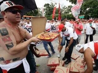 São-paulinos protestam com pizza