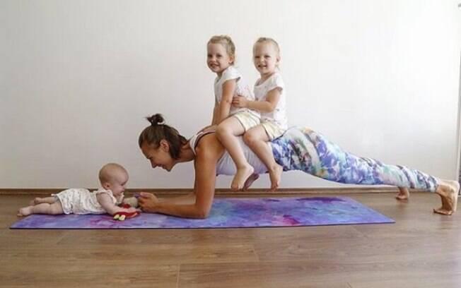 Mãe da Hungria enfrenta depressão pós-parto fazendo exercícios físicos na companhia das três filhas