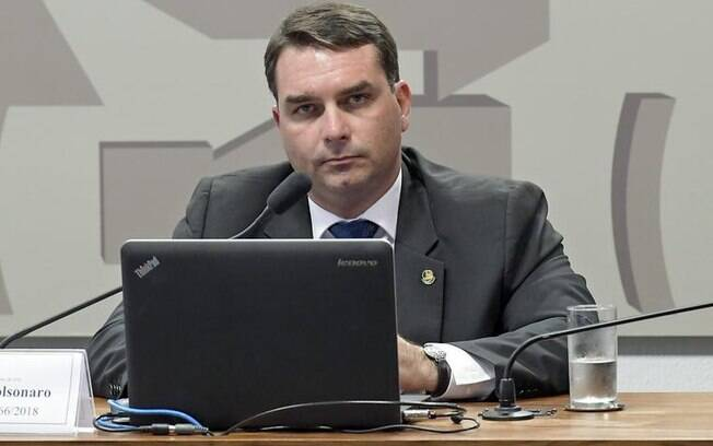 Flávio Bolsonaro (Republicanos-RJ) durante sessão de comissão mista