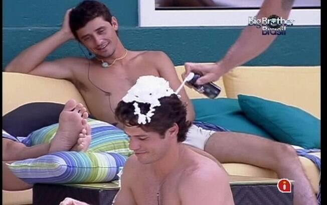 João Maurício é alvo da brincadeira dos brothers