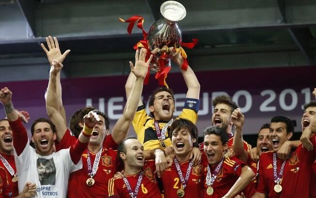 O capitão Casillas ergue a taça da Eurocopa 2012 diante dos companheiros.  Foto  AP 3b6eb3a600177