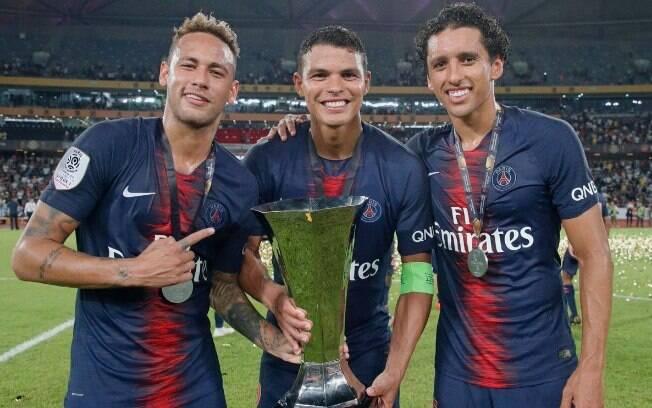 Neymar, Thiago Silva e Marquinhos com o troféu da Supercopa da França