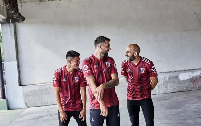 Nova camisa do River Plate é vinho, com detalhes em branco, e presta homenagem ao Torino, da Itália