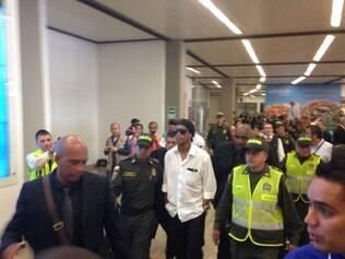 Delegação do Atlético desembarcou em Medellim e Ronaldinho foi novamente alvo dos flashs colombianos
