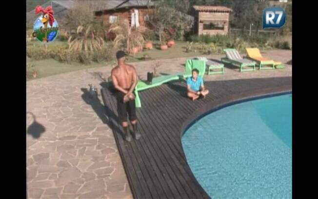 Dinei e Thiago Gagliasso conversam à beira da piscina