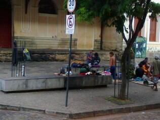 Praça Rui Barbosa virou morada de quem não tem teto