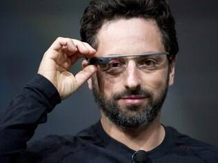 Na foto, Sergey Brin, um dos fundadores do Google, usa o Google Glasses