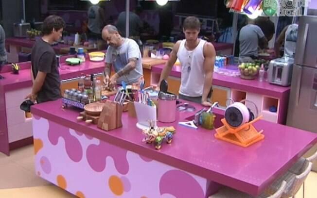 Jonas conversa sobre Noemí com Fael e João na cozinha