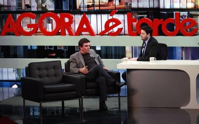 Danilo Gentili com o entrevistado do dia, o Presidente do Corinthians Andrés Sanchez: estilo do sofá também é igual aos late nights americanos