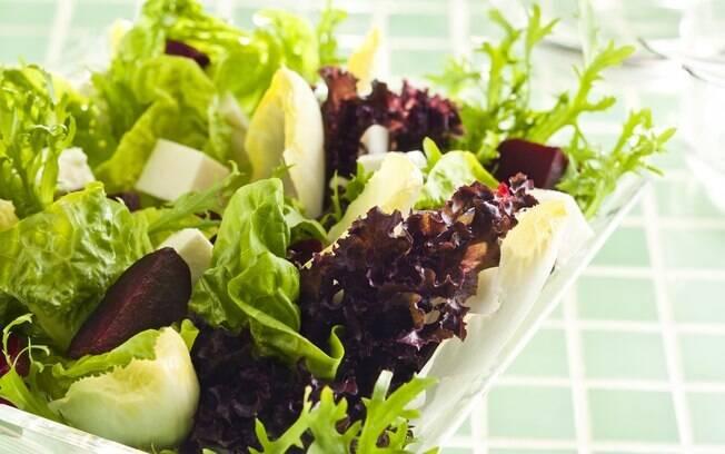 Para deixar sua refeição mais leve e saudável, que tal uma salada de beterraba com queijo-de-minas e folhas verdes?
