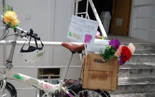 Bicicleta do Le Sacole. O bicho preguiça virou mascote porque a ideia surgiu com Alice, que estava cansada de pegar ônibus e trânsito todos os dias. Estava com 'preguiça'. Foto: Reprodução/Facebook