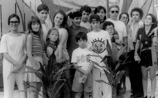 Capitão Jonas (Reginaldo Faria), seus seis filhos, além da esposa (Joana Fomm) e os seis filhos dela
