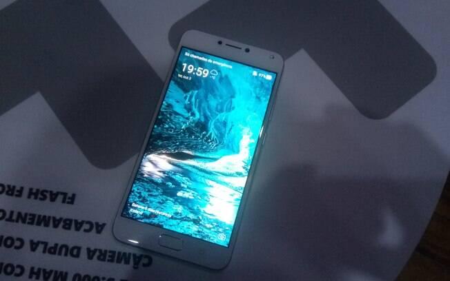 Segundo a Asus, o Zenfone 4 Max pode permanecer ligado por até 46 dias em standby graças à bateria de 5.000 mAh