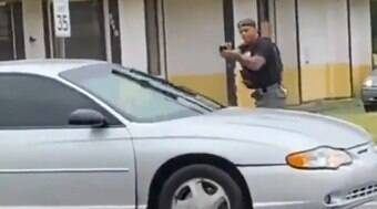 Policial chora após matar mulher que atirou nele