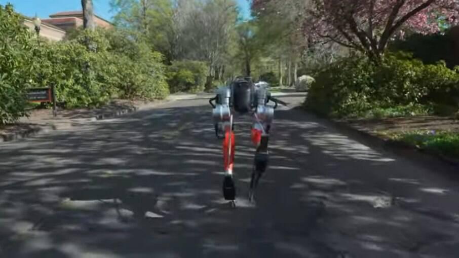 Robô Cassie correndo