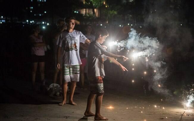 Adolescentes comemoram e se divertem em Guaratuba, litoral do Paraná. Foto: JOKA MADRUGA/FUTURA PRESS