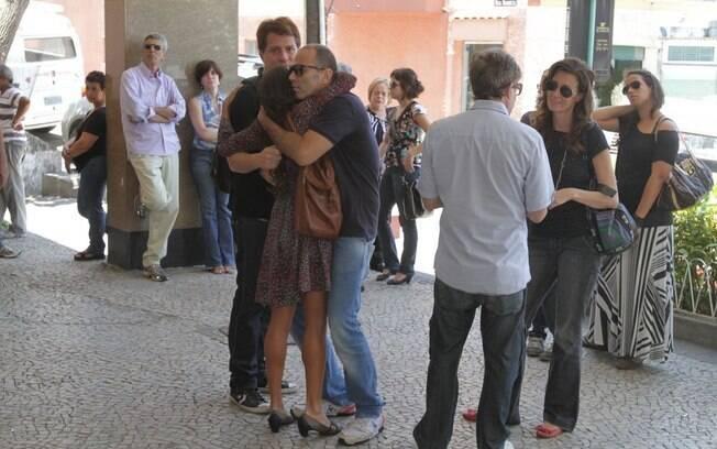 Amigos se encontram no velório de Rodolfo Bottino, no cemitério São João Batista, zona sul do Rio