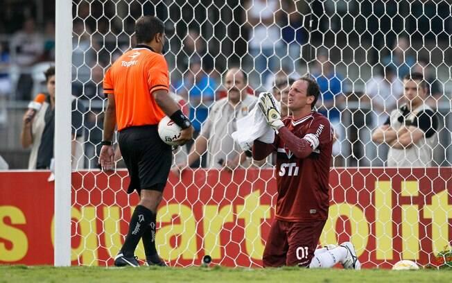 Rogério Ceni implora para o árbitro não  marcar pênalti