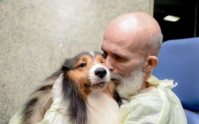 dono beijando cachorro