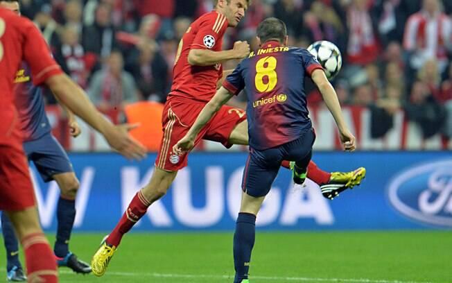 Thomas Mueller, do Bayern, disputa bola com  Iniesta, do Barcelona, no jogo de ida da semifinal  da Liga dos Campeões