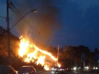 Foto mostra a vegetação sendo tomada pelas chamas às 18h20