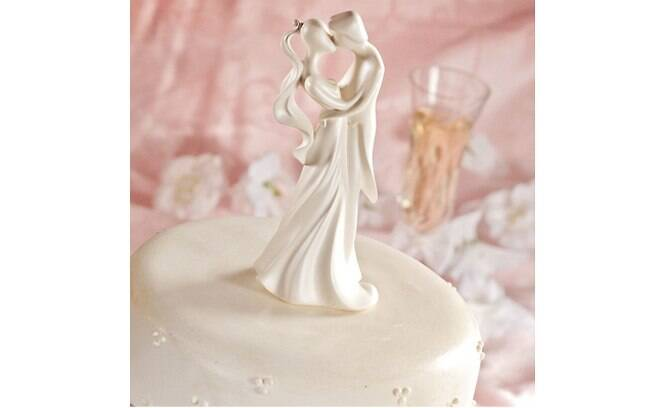 Topos de bolo para todos os gostos. Este, clássico, feito de mármore e resina, é da The Cake Top