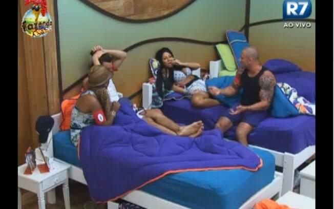 Karine, Natália, Simões e Haysam batem papo no quarto