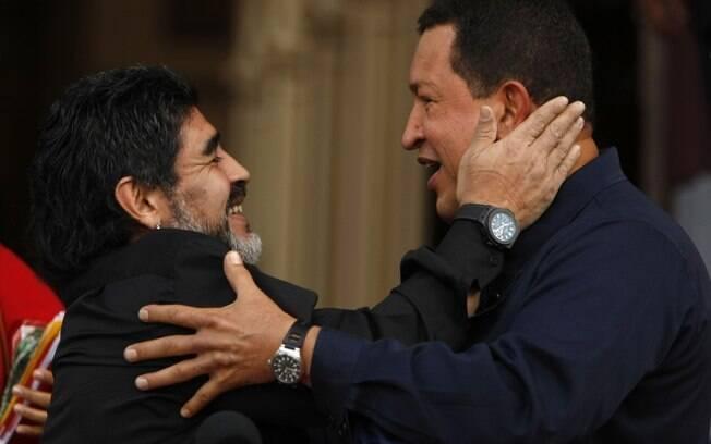 Chávez se encontra com ex-jogador de futebol argentino Diego Maradona no Palácio de Miraflores, em Caracas, em julho de 2010