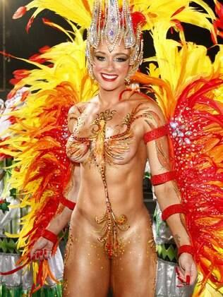 Juju Salimeni chama a atenção por aparecer com o corpo pintado em desfile