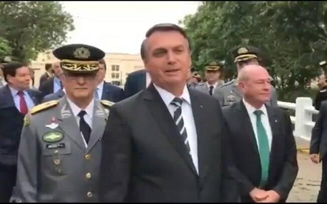 Jair Bolsonaro fala com cadetes antes de formatura na Aman
