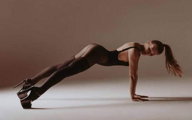 Apesar de exigir flexibilidade, qualquer mulher pode testar estas posições sexuais - só não se esqueça do alongamento!