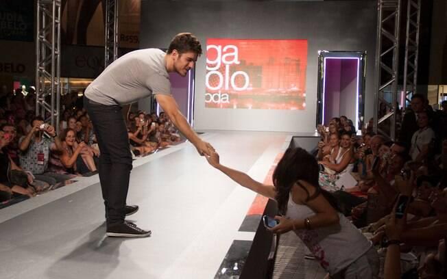 Marco Pigossi retribuiu o carinho do público e, simpático, deu a mão para uma de suas fãs