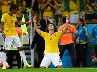 David Luiz agradece após marcar de falta diante da Colômbia