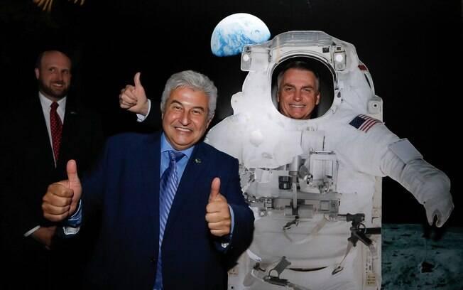 Bolsonaro celebra independência dos EUA e posa de 'astronauta' ao lado do ministro Marcos Pontes