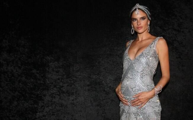 Alessandra Ambrósio e sua barriguinha de cinco meses de gravidez