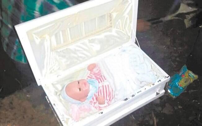 Depois da exumação do corpo, o homem descobriu que esposa não estava grávida e enterrou boneca para encobrir mentira