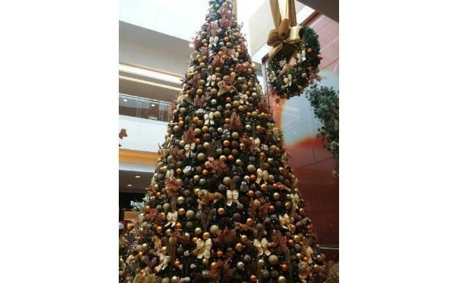 decoracao arvore de natal vermelha e dourada:25 árvores de Natal para se inspirar e as decorações que bombam no