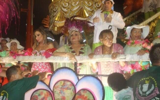 A cantora Alcione sofreu uma queimadura no pé enquanto cruzava a Sapucaí em um carro alegórico da Mangueira e precisou ser socorrida