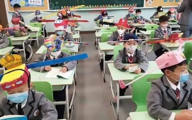 Chapéu curioso cria diâmetro de segurança em escola chinesa