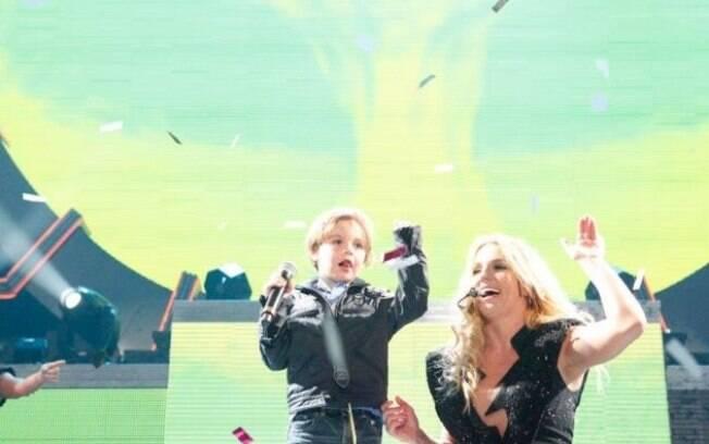 O filho de Britney Spears cantou um pedaço da música ao lado da mãe