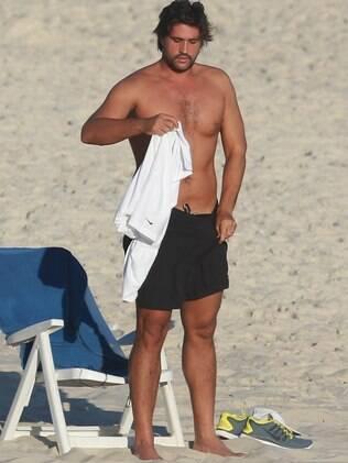 Leo Chaves aproveita o dia na praia antes de gravação com Thiaguinho