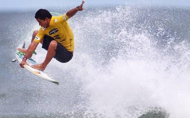 Surfista Michel Bourez foi atacado por tubarão-martelo
