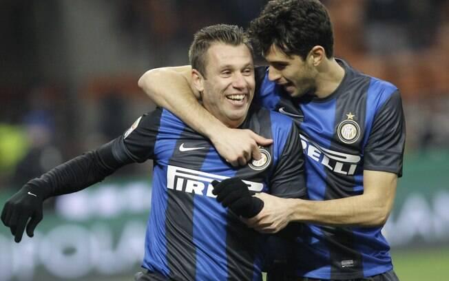 Cassano recebe o abraço de Ranocchia após o  gol