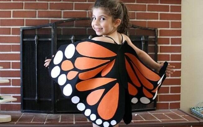 As asas da borboleta podem ser feitas com tecido ou papel crepom