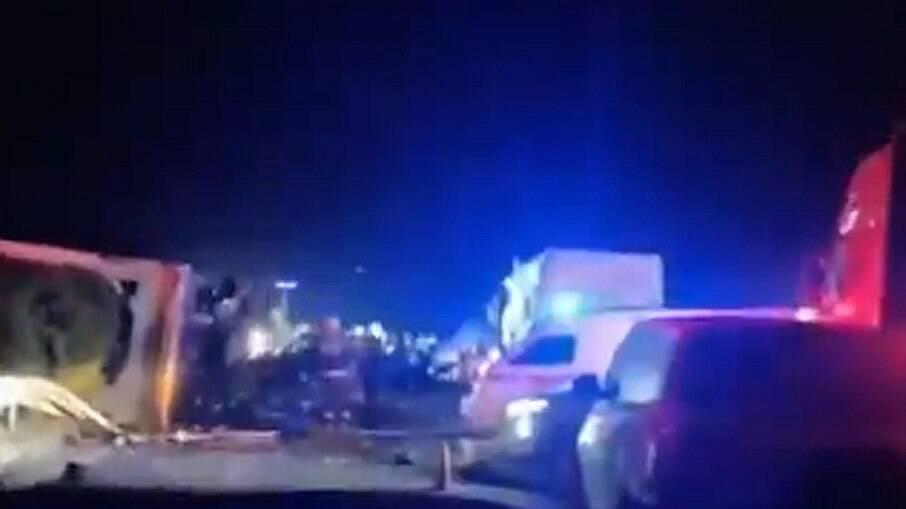 Até o momento, relatos apontam que mais de 10 pessoas morreram no grave acidente
