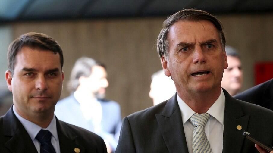 Flávio Bolsonaro ao lado de seu pai, presidente Jair Bolsonaro