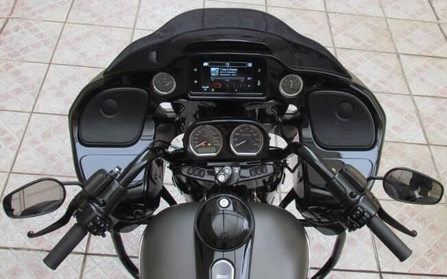 Na grande carenagem fixada no quadro da moto, instrumentos, som e navegação